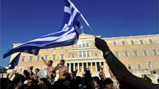 L'Aquila al fianco del popolo greco, spunta la protesta