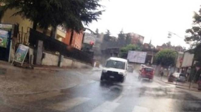L'Aquila, pioggia fa 'saltare' asfalto