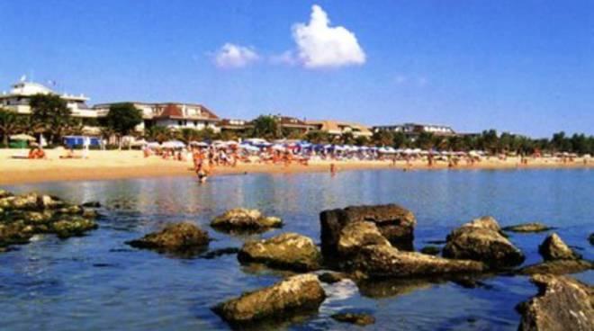 Malore in mare, muore turista 83enne