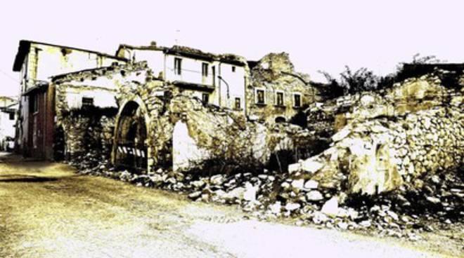Roio Piano, crolla il tetto di un fabbricato in zona rossa