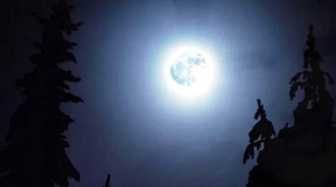 Stasera? La notte della 'luna blu': è caccia al cielo