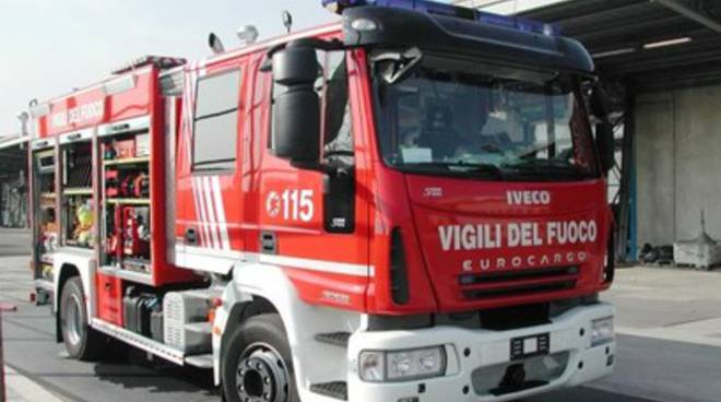 Sterpaglie in fiamme vicino all'autostrada