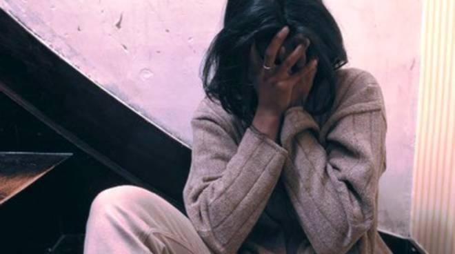 Violenza fisica e verbale ai danni della compagna, aquilano nei guai