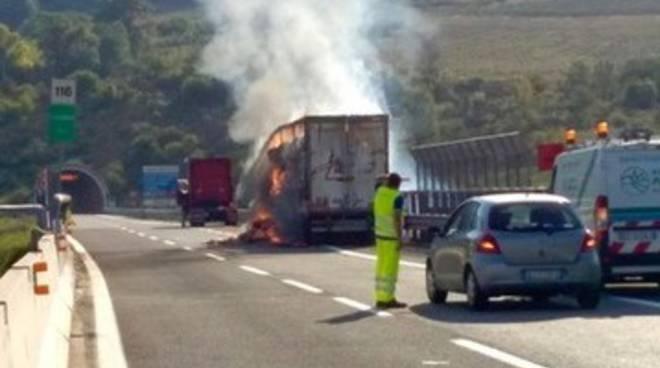 Camion a fuoco sull'A25, viabilità in tilt