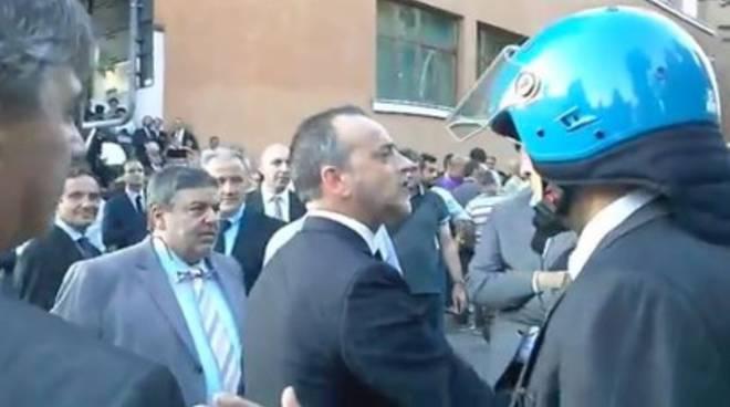 Contestazioni a L'Aquila, presidente Provincia infuriato [Video]