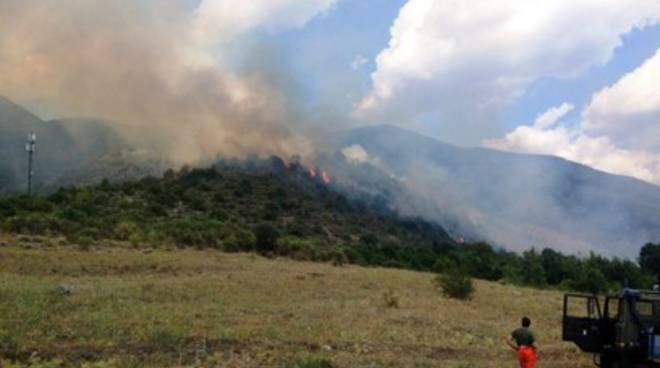 Incendio a Roccavivi: bosco in fiamme