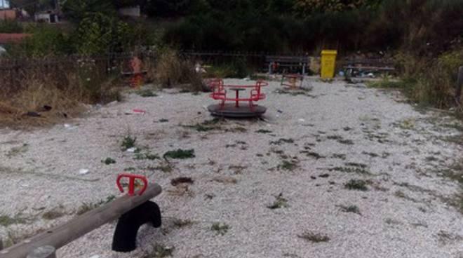 Parco giochi Acquasanta: sporcizia e degrado