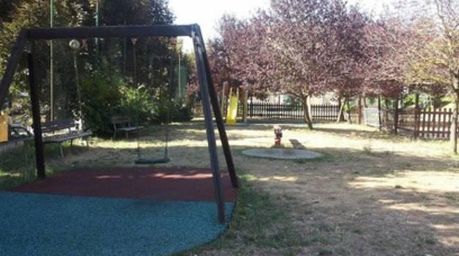 Parco Unicef: reti divelte, sporcizia e giochi distrutti