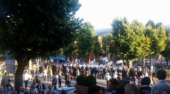 Renzi a L'Aquila, città nel caos