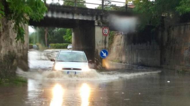 Acquazzone a L'Aquila, strade allagate