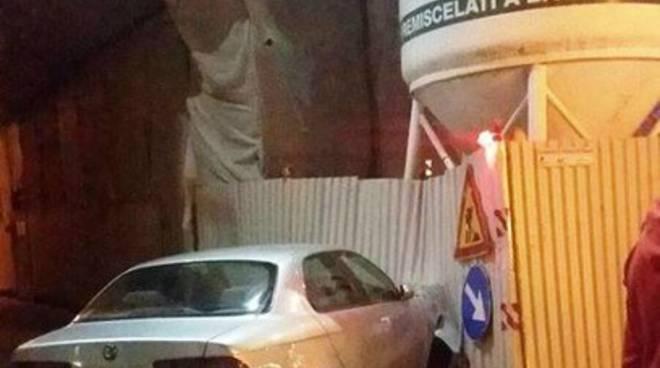 Piazza Duomo, auto contro palazzo in ricostruzione