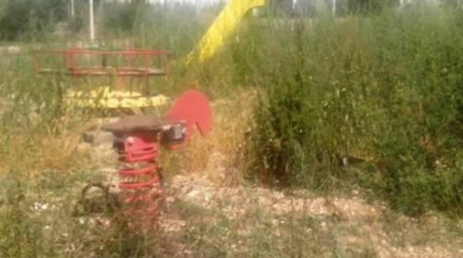 San Gregorio, parco giochi 'fagocitato' dalle erbacce