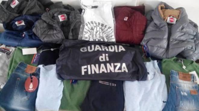 Scoperti e sequestrati abiti contraffatti