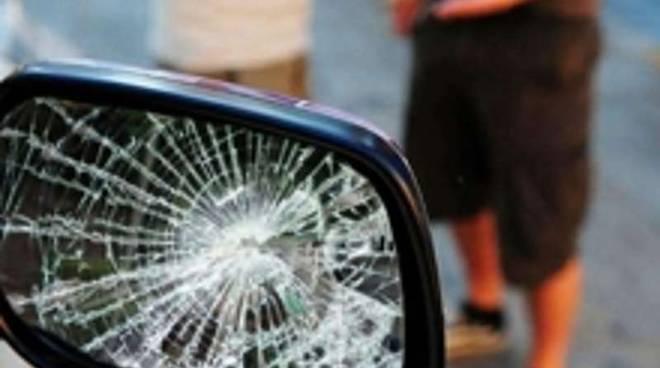 Truffa dello specchietto retrovisore rotto
