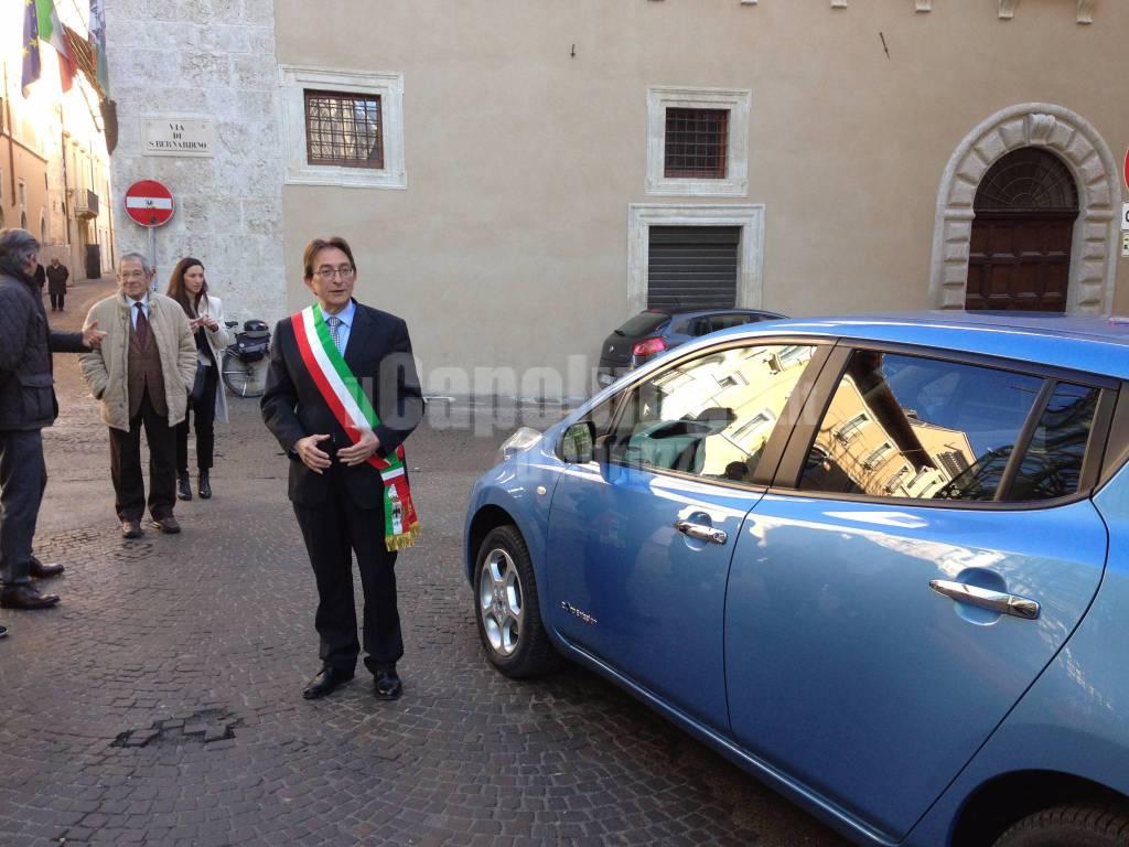 Consegna vettura elettrica Nissan a Cialente