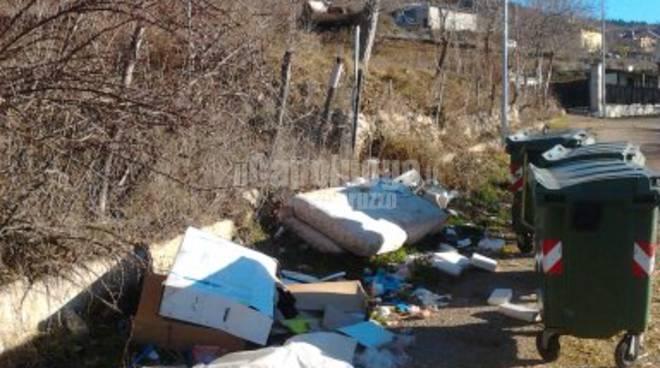 Aragno, rifiuti abbandonati accanto ai cassonetti