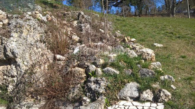 fontana delle rocce abbandonata all'incuria