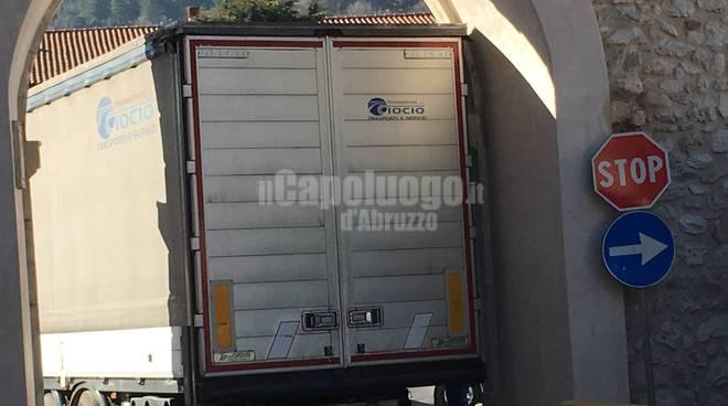 porta urbica rovinata da camion
