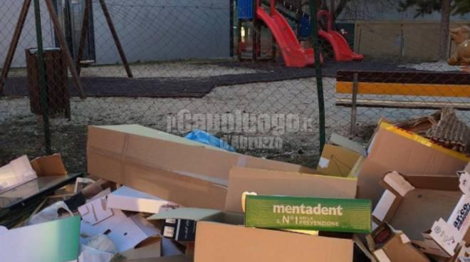Sant'Antonio, rifiuti vicino parco giochi