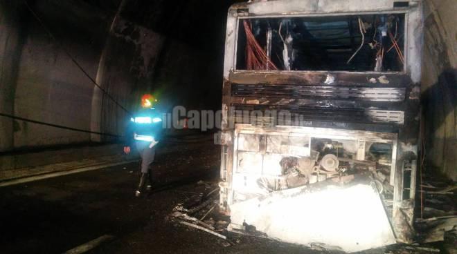 resti bus a fuoco nel traforo