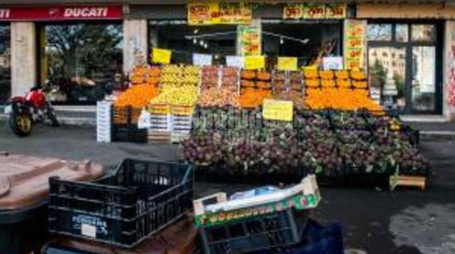 frutta e verdura sui marciapiedi