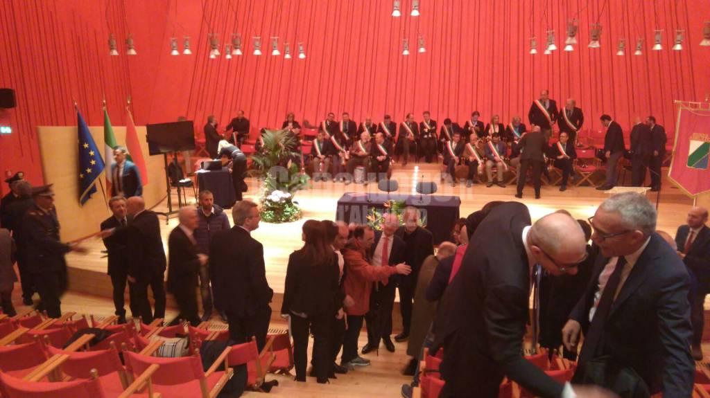 palco auditorium sindaci in attesa di renzi