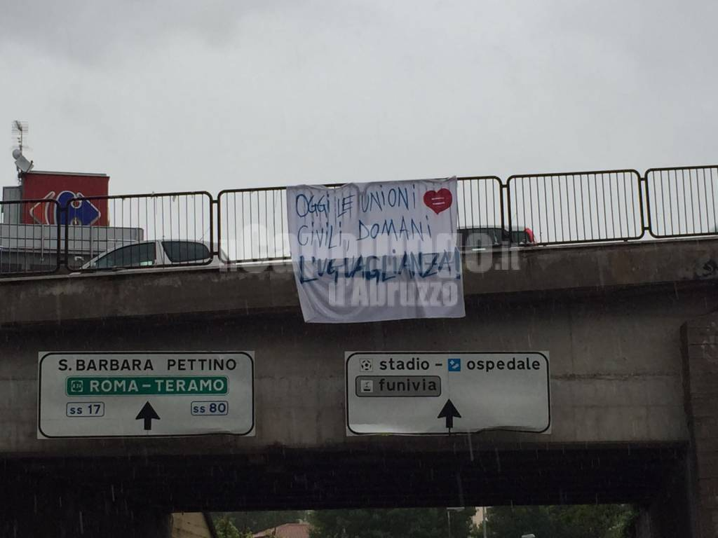 unioni civili, striscione a via vicentini 12 maggio