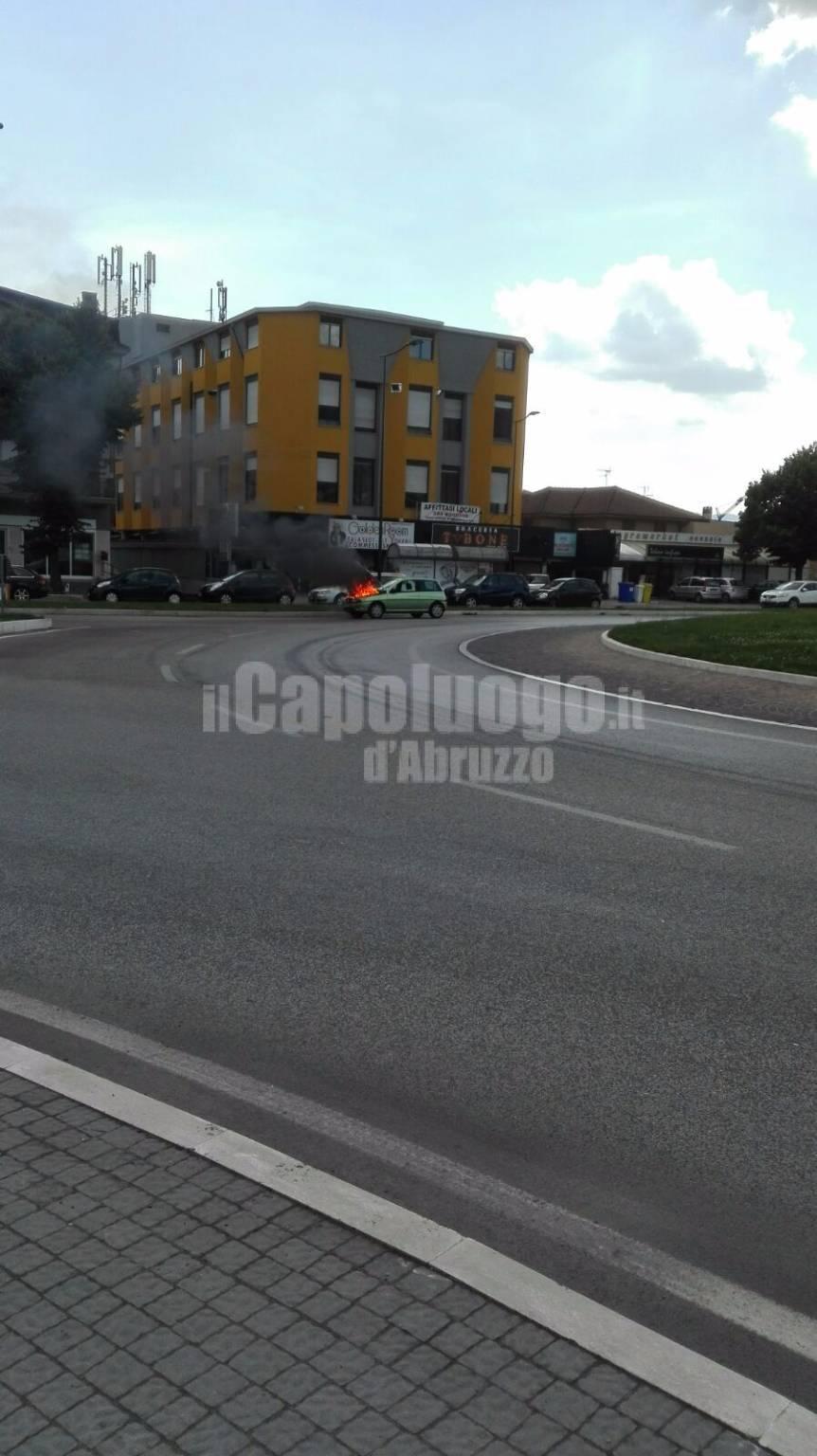 auto in fiamme a piazza d'armi