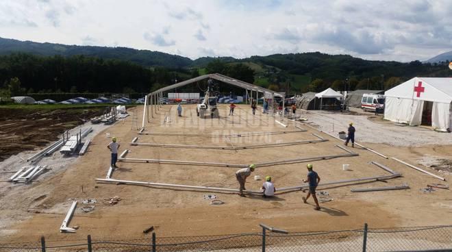 amatrice, un mese dopo: al posto del campo sportivo una struttura destinata a chiesa e centro ricreativo