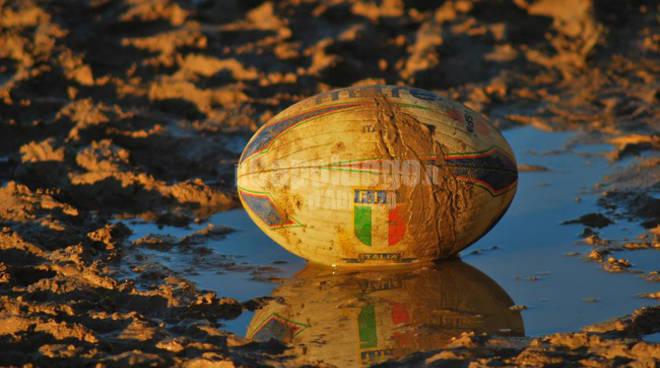 pallone da rugby fango