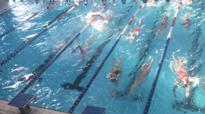 nuoto piscina verde aqua