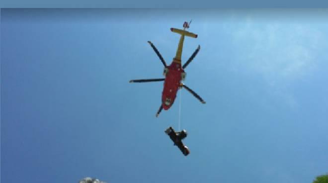 soccorso alpino: elisoccorso con barella