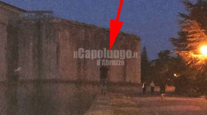 giovane cammina muro castello