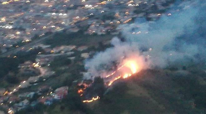 Montesilvano, grave incendio sul Colle della Giovane minaccia le abitazioni