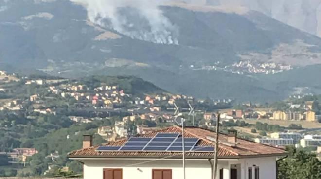 Vasto incendio sui monti dell'aquiano a rischio abitato di Aragno