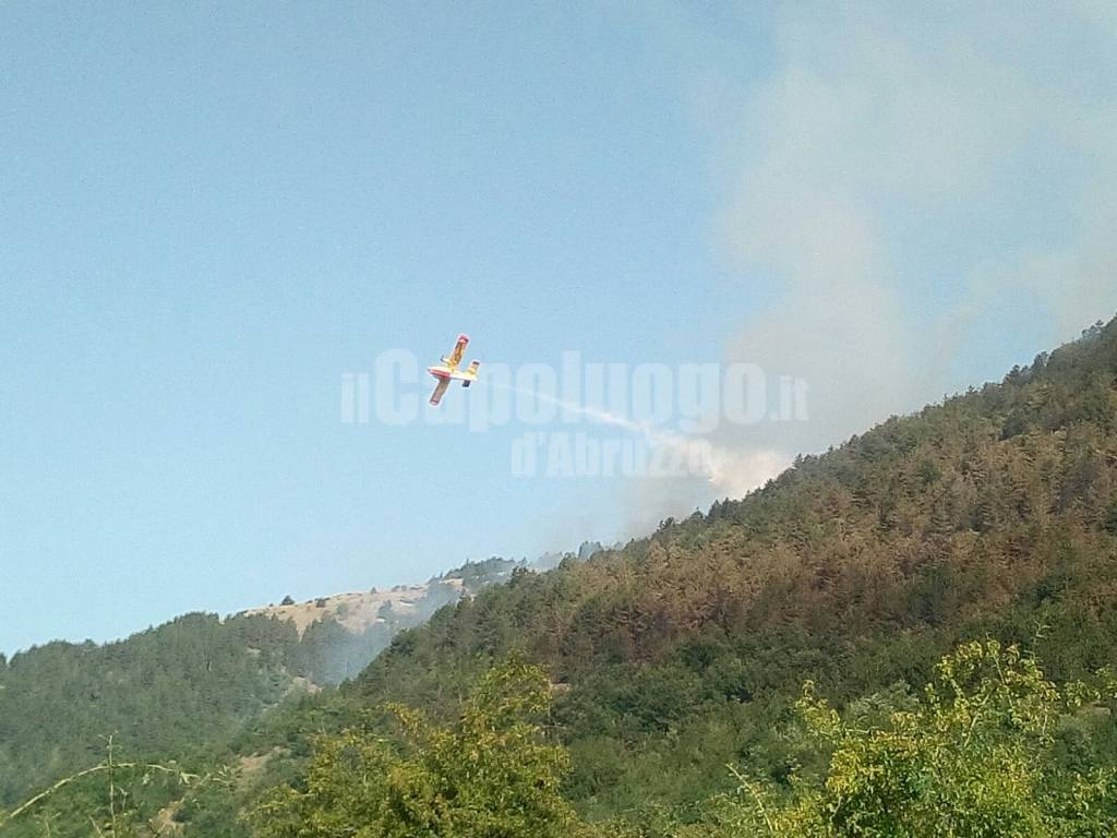 Aragno: in fumo 15 ettari di boscaglia, molti mezzi aerei in azione