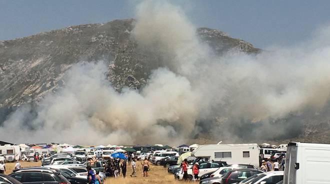 L'Aquila, incendi in città e in montagna