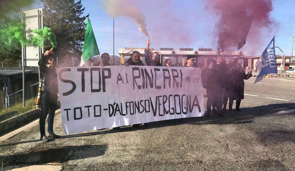 flash mob fratelli italia contro aumento pedaggi