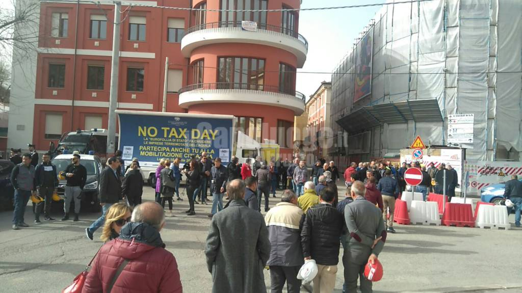 L'Aquila scende in piazza per il No Tax Day
