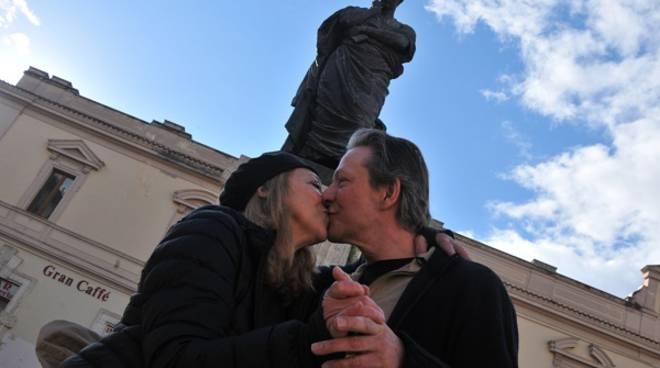 bacio sotto la statua di ovidio