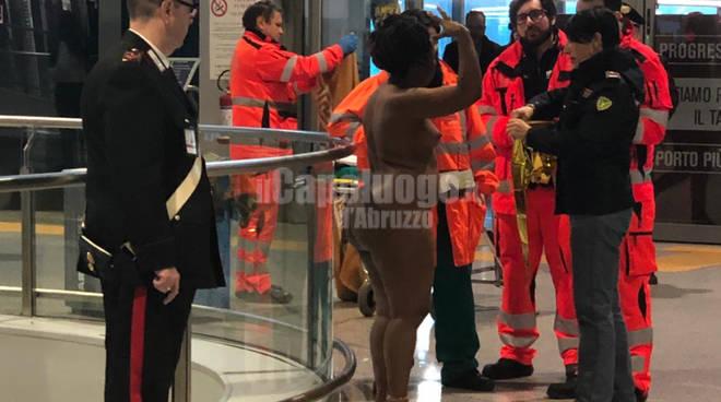 donna nuda aeroporto