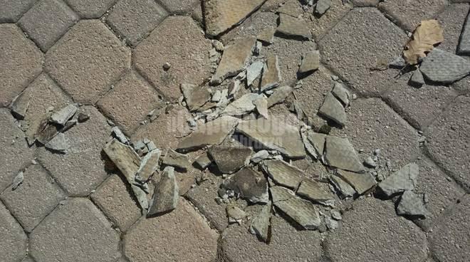 amianto al piazzale del cimitero di sassa