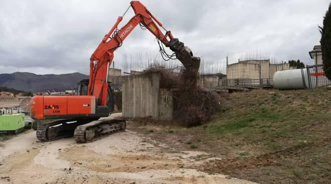 ecomostro cimitero lavori in corso ruspa loculi