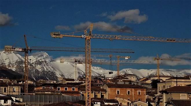L'Aquila Ricostruzione gru centro storico