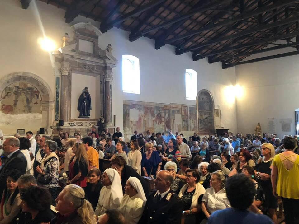 chiesa gremita Pizzoli
