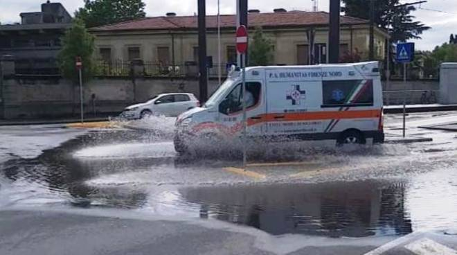 ambulanza su strada allagata