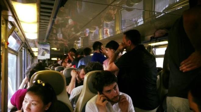 passeggeri ammassati treno