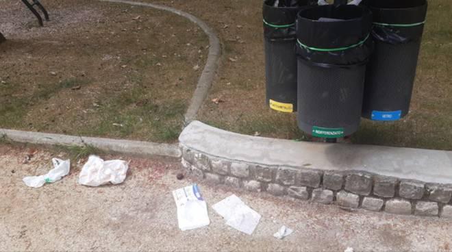 panchina rifiuti parco del castello