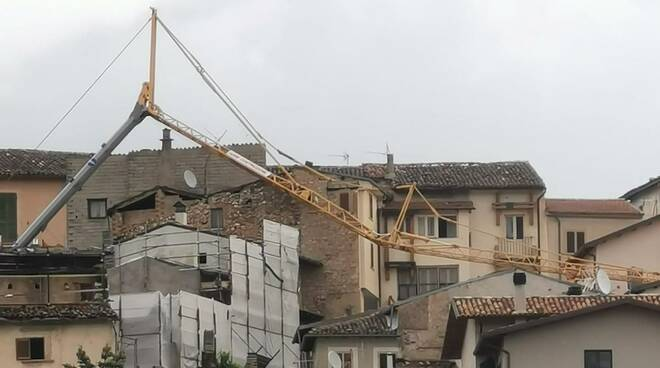 crolla gru su cantiere San Demetrio