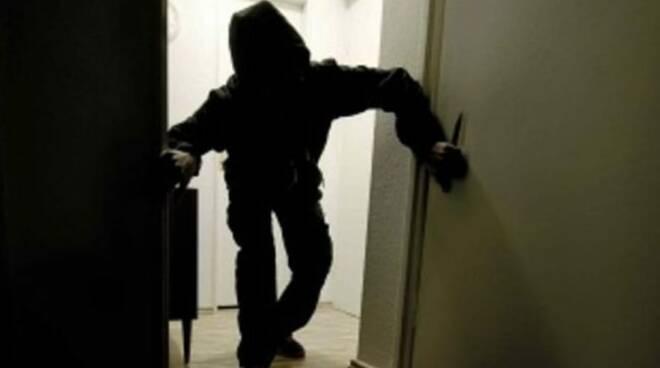 ladri appartamento furto